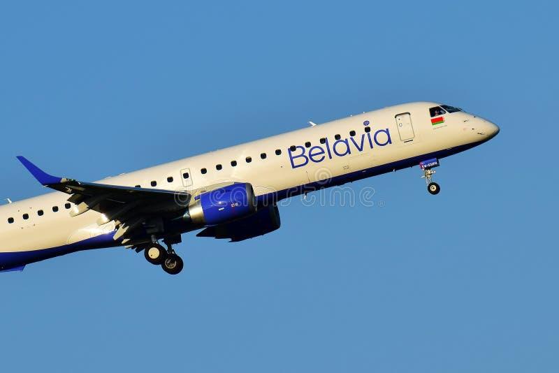 Belavia vitryska flygbolag Embraer 190 arkivbilder