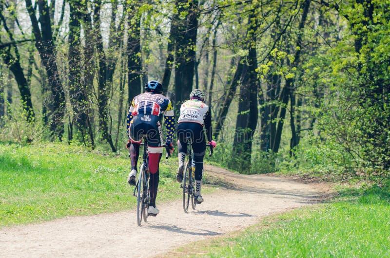 Belaya Tserkov, Ukraina, April 21, 2019: Två cyklister rider i staden parkerar arkivfoto