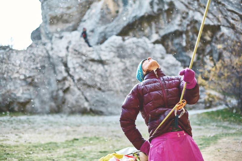 Belayer della donna con la corda fotografie stock libere da diritti