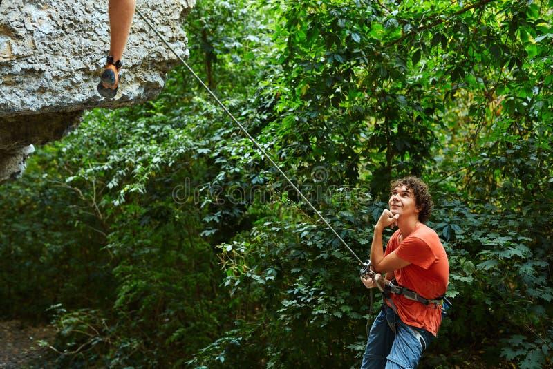 Belayer maschio con la corda fotografia stock libera da diritti