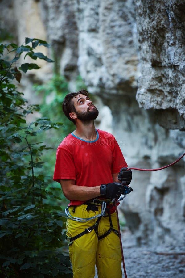Belayer maschio con la corda sotto la scogliera fotografia stock libera da diritti