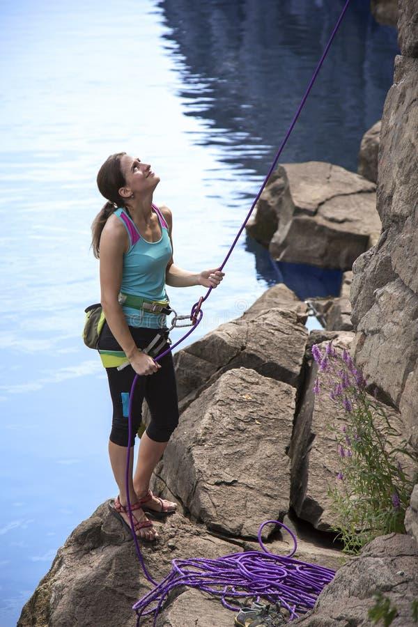 Belaying женский альпинист стоковые фото