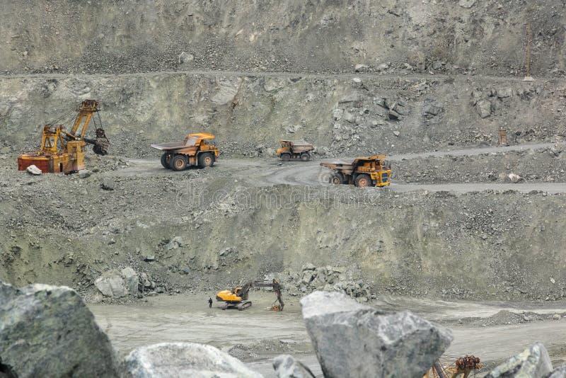 BelAZ, excavatrices effectuent le travail photo libre de droits