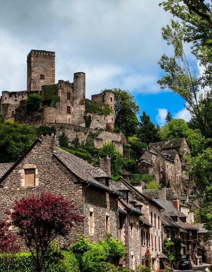 Belcastel medeltida slott och stad royaltyfria foton