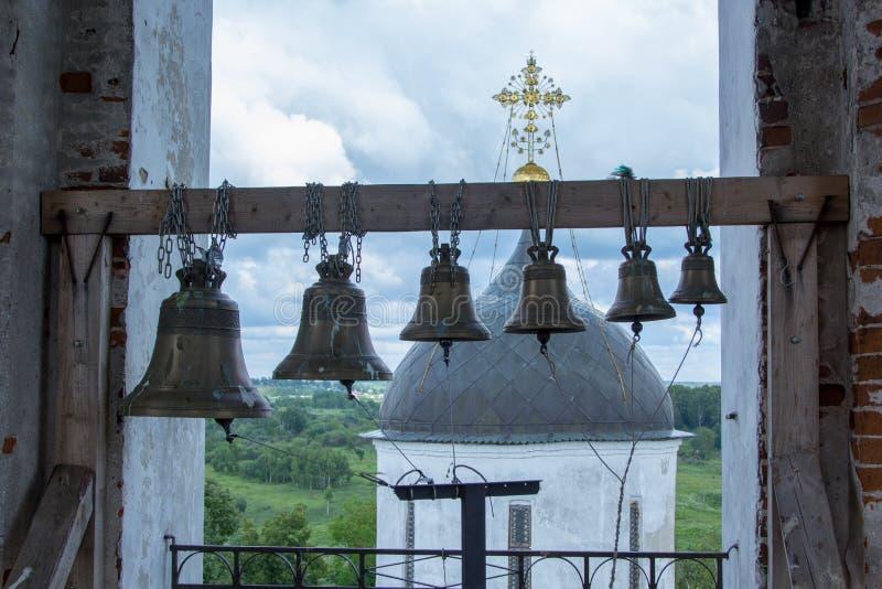 Belces en el campanario de la iglesia ortodoxa rusa vieja imagen de archivo