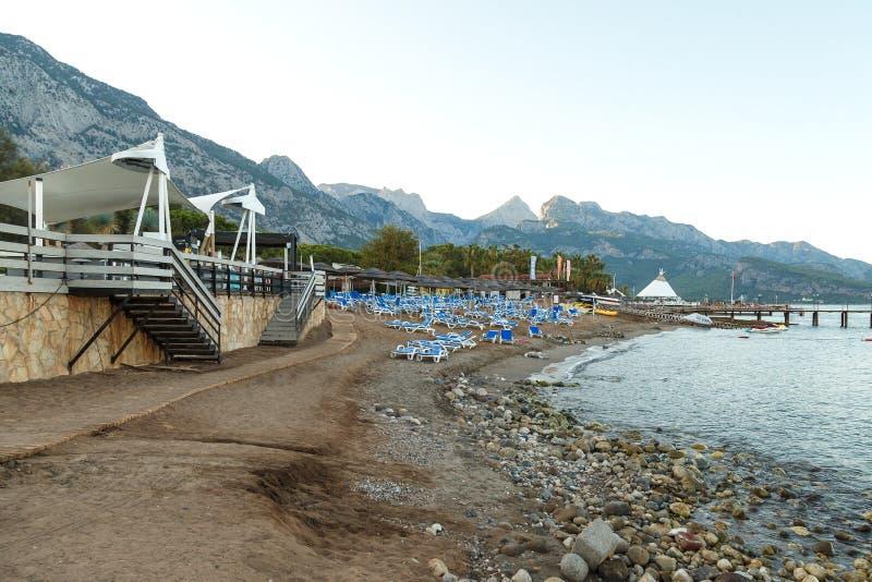 Beldibi, Турция, 14-ое октября 2018, loungers пляжа вышло в конце дня на среднеземноморском пляже вне гостиницы стоковое фото rf