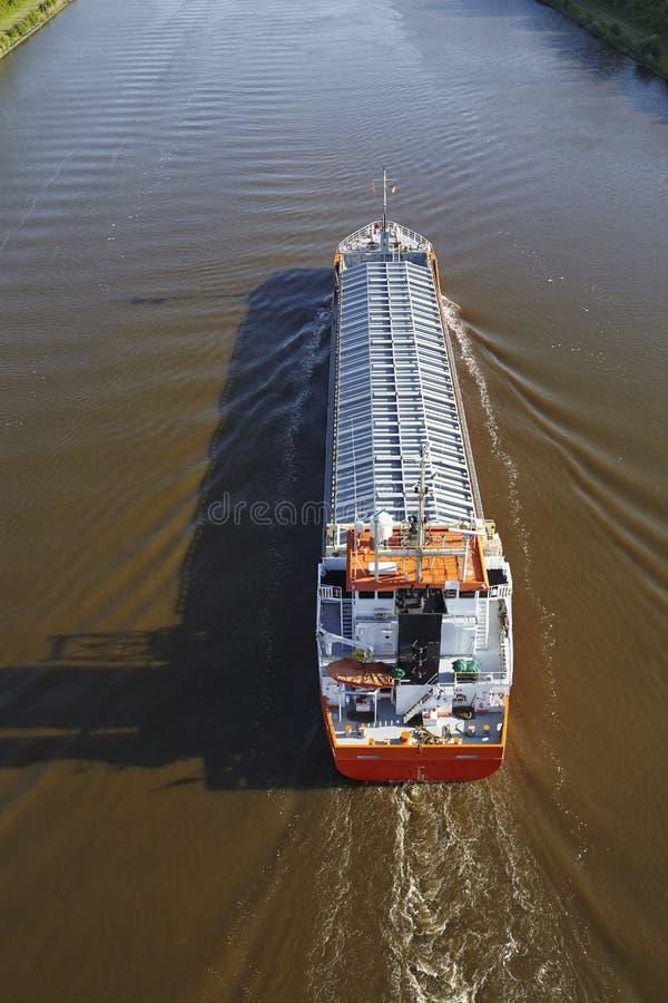 Beldorf (Alemanha) - navio de carga geral em Kiel Canal (retocado) imagens de stock