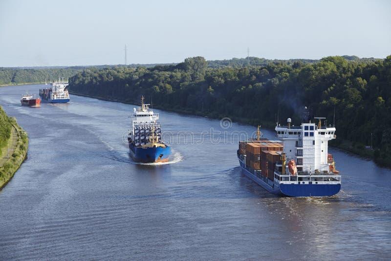 Beldorf (Duitsland) - Schepen in (retoucheerd) Kiel Canal stock fotografie