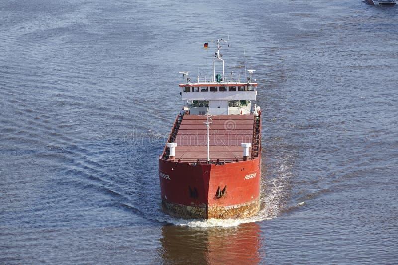 Beldorf - Frachtschiff bei Kiel Canal lizenzfreie stockfotos