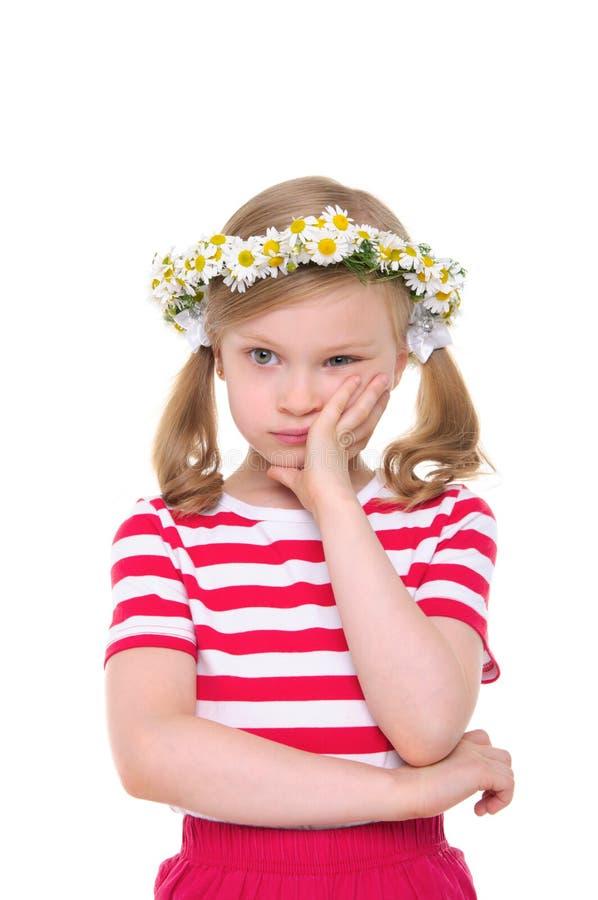 Beledigd meisje met kroon van madeliefjes royalty-vrije stock afbeeldingen