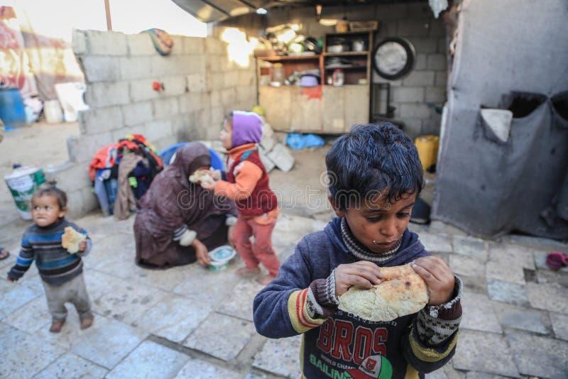 In belegerd Gaza, verergert de armoede kindondervoeding stock afbeelding
