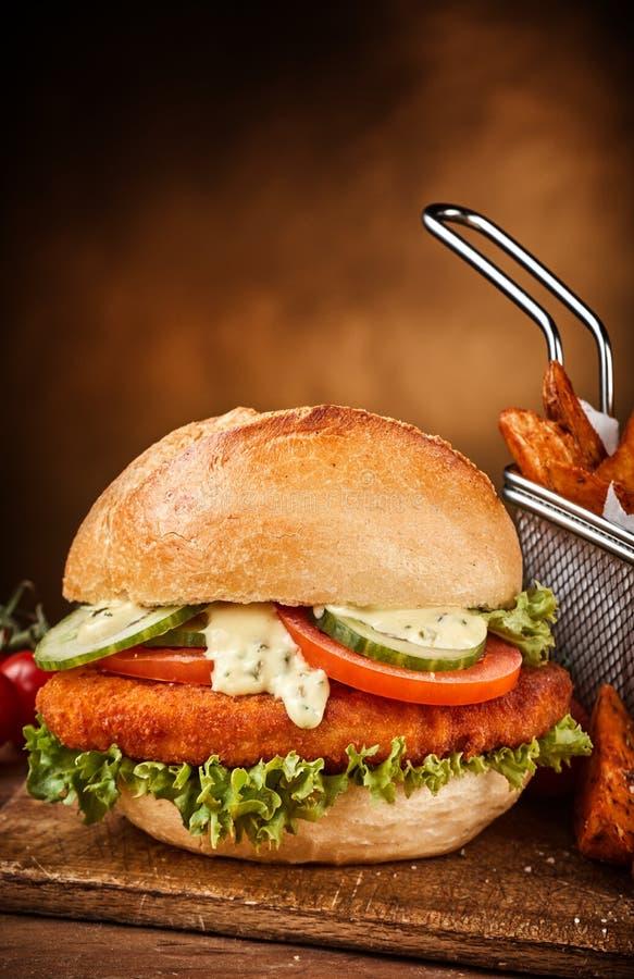 Belegtes Brot mit Hühnerfleisch mit Gemüse stockbild
