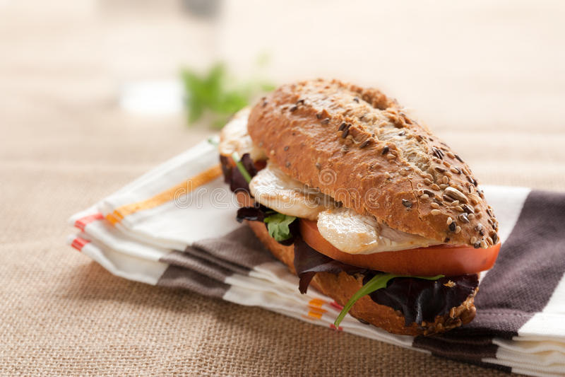 Belegtes Brot mit Hühnerfleisch, Tomate und Kopfsalat stockfotografie