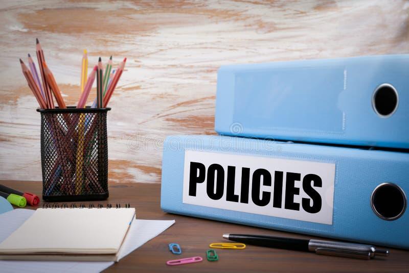Beleid, Bureaubindmiddel inzake Houten Bureau Op de lijst gekleurde pen royalty-vrije stock foto