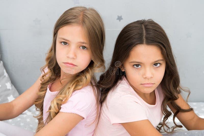 Beleidigte Gefühle Die beleidigten Kinder halten Ruhe Beziehungsschwestern oder beste Freunde Überwinden Sie Beziehungsfragen stockfotos