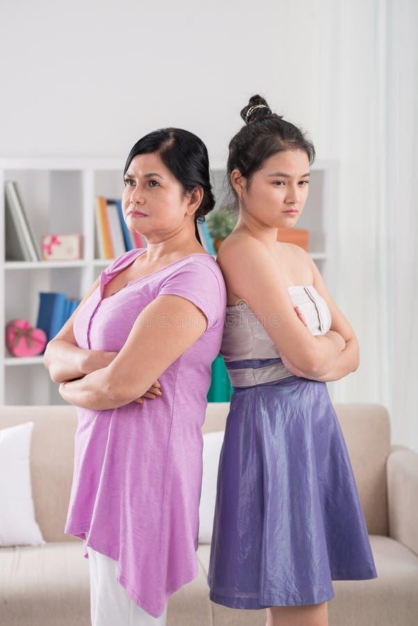 Beleidigte Mutter und Tochter lizenzfreie stockbilder