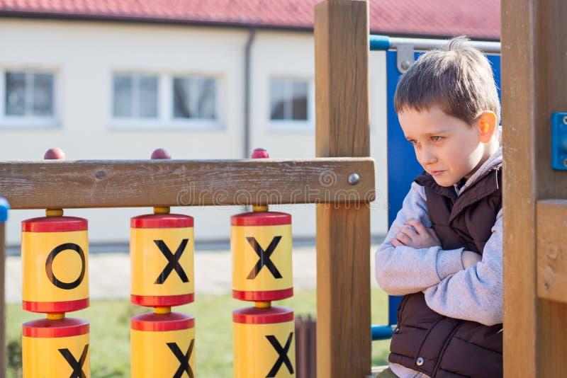 Beleidigter Junge auf dem Spielplatz lizenzfreie stockfotos