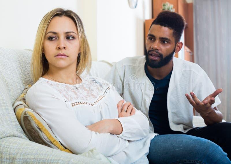 Beleidigter schwarzer Kerl, der schlechten Kampf mit Freundin und dem Schreien hat lizenzfreies stockfoto