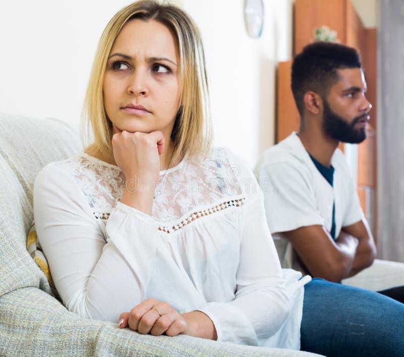 Beleidigter schwarzer Kerl, der schlechten Kampf mit Freundin und dem Schreien hat stockfoto