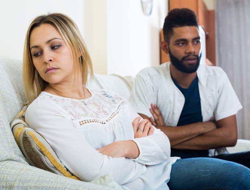 Beleidigter schwarzer Kerl, der schlechten Kampf mit Freundin und dem Schreien hat lizenzfreies stockbild