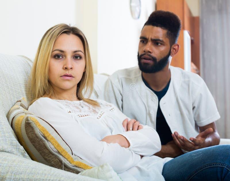 Beleidigter schwarzer Kerl, der schlechten Kampf mit Freundin und dem Schreien hat stockfotografie
