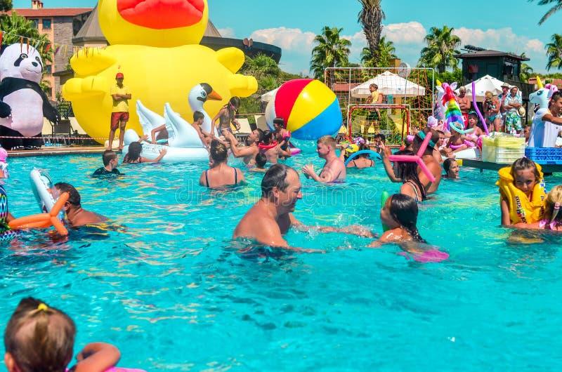 Belek, Турция, 12-ое сентября 2018 Вечеринка у бассейна с форменными тюфяками воздуха стоковая фотография