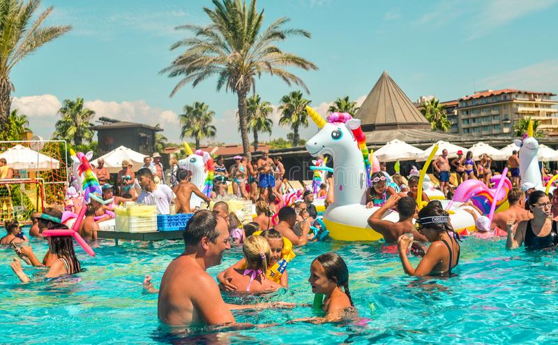 Belek, Turquía, el 12 de septiembre de 2018 Fiesta en la piscina con los colchones de aire formados imagen de archivo libre de regalías