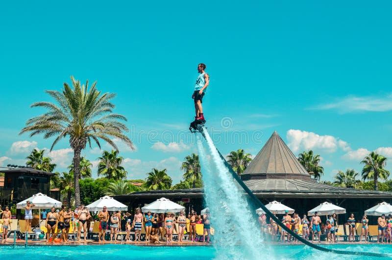 Belek, Turquia - 12 de setembro de 2018 Watershow de excitação da placa da mosca na festa na piscina Conceito do esporte do diver fotografia de stock royalty free