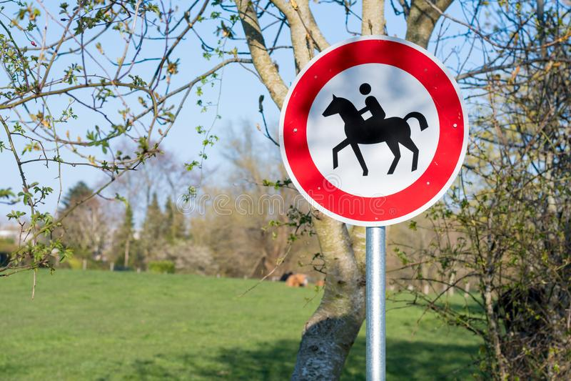 Belemmerd teken geen horseback berijden toegestaan in noordelijk deel van Duitsland stock foto