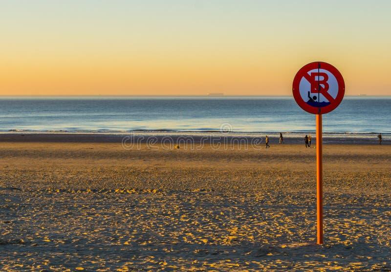 Belemmerd zwemmen, geen het zwemmen stond, Belgische tekenraad, de kust van Blankenberge, België toe stock foto's