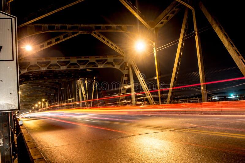 Beleuchten auf der Brücke stockfotografie