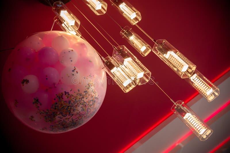 Beleuchten in einer Hochzeitshalle stockfotos