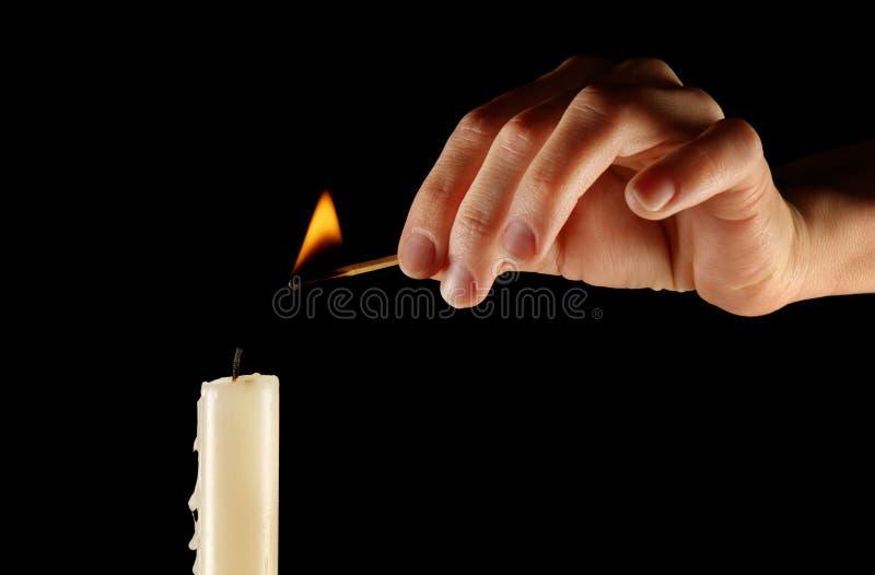 Beleuchten einer Kerze lizenzfreies stockfoto
