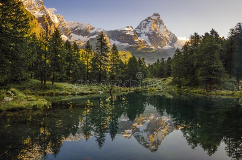 Beleuchten Sie auf Matterhorn, Luce-sul Cervino, blauer Lago stockfotografie