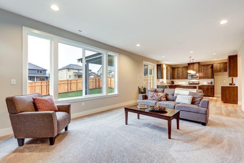 Beleuchten Sie das gefüllte Wohnzimmer, das mit grauem Leinensofa versorgt wird lizenzfreies stockfoto