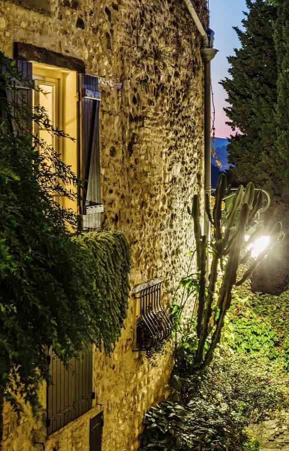 Beleuchten Sie von einem Fenster in einem alten Haus stockfotografie