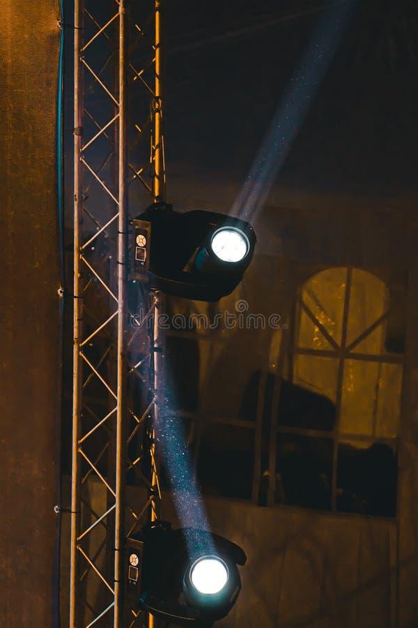 Beleuchten von Scheinwerfern auf Stadium während der Leistung mit Strahlen lizenzfreies stockfoto