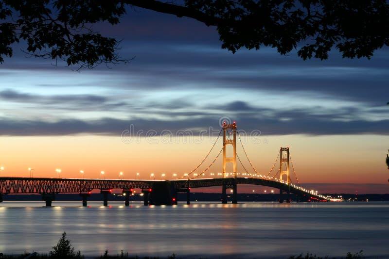 Beleuchtete Aufhebung-Brücke lizenzfreies stockbild