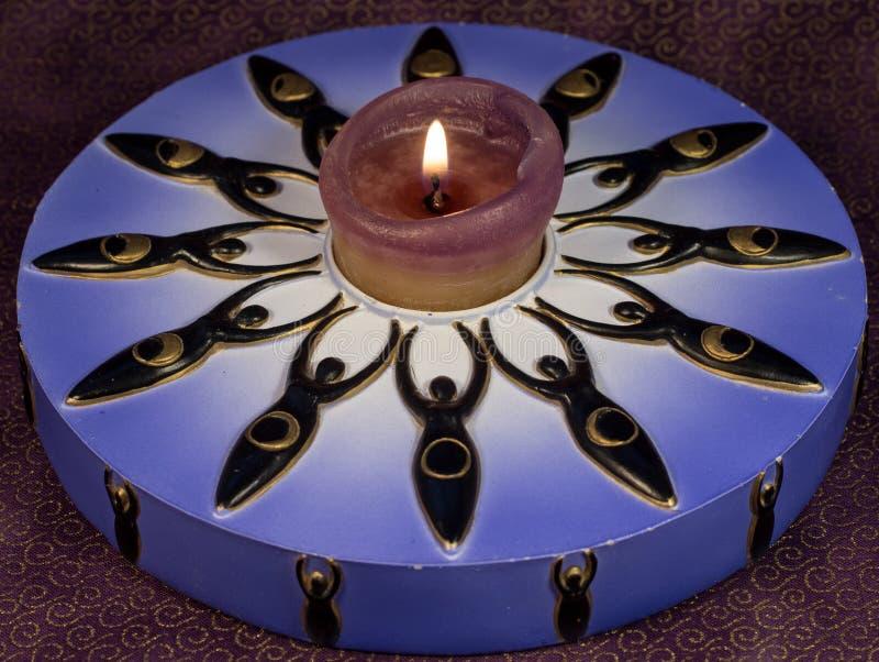 Beleuchtete dekorative Kerze mit zwölf Göttinnen lizenzfreie stockfotos