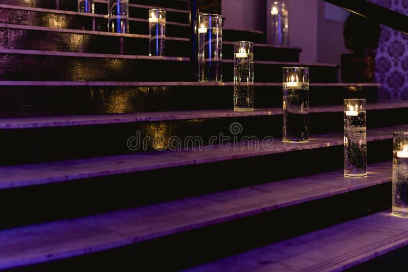 Beleuchtete Leiter mit Kerzen stockbild