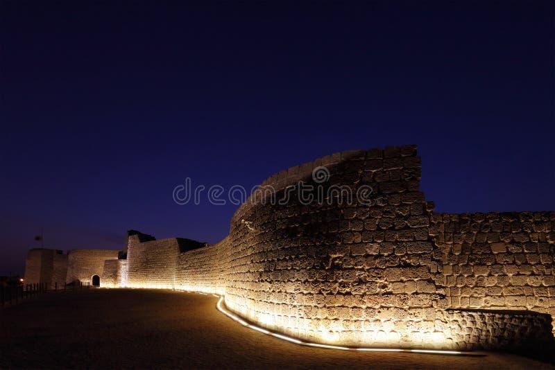 Beleuchtete südliche Wand am oberen Niveau von Bahrain-Fort stockbilder