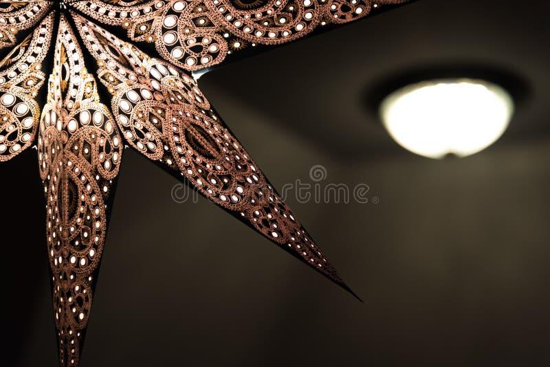 Beleuchteter Weihnachtsstern Innen mit Unkosten lizenzfreie stockfotografie
