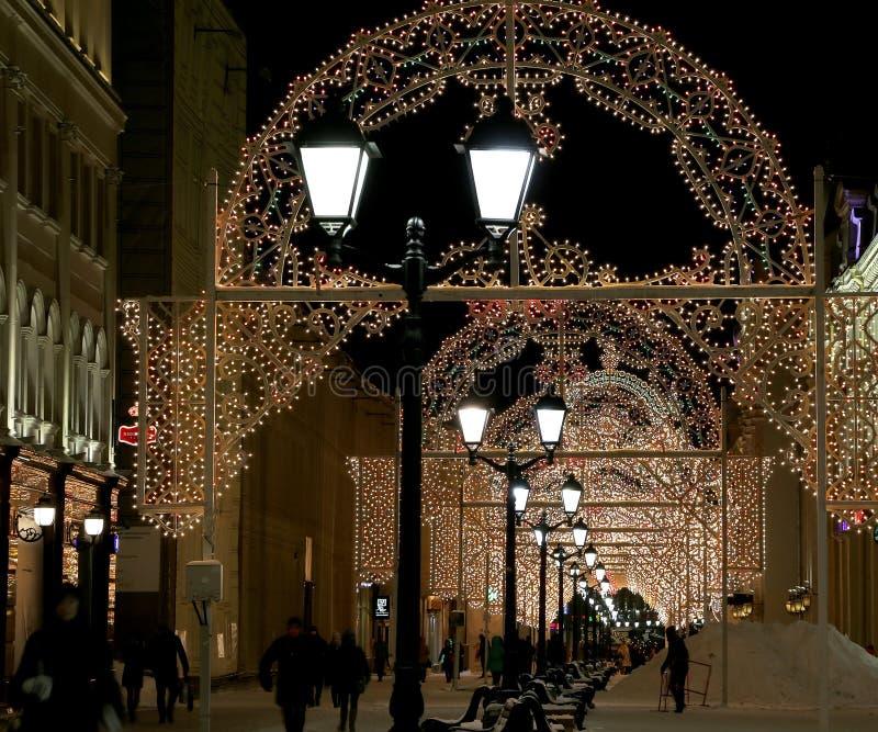 Beleuchtung des Weihnachten (Neujahrsfeiertage) auf Nikolskaya-Straße nahe dem Moskau der Kreml nachts, Russland stockbild