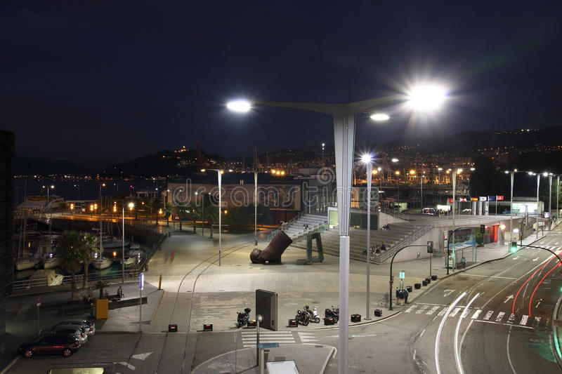 Beleuchtung nachts im Hafen von Vigo-Stadt mit den Autos beleuchtet in der Bewegung lizenzfreie stockfotos
