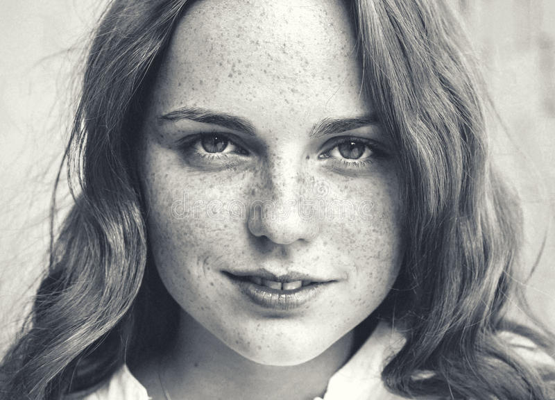 Beleza ao ar livre Retrato da mulher nova e feliz de sorriso com sardas Rebecca 36 imagens de stock