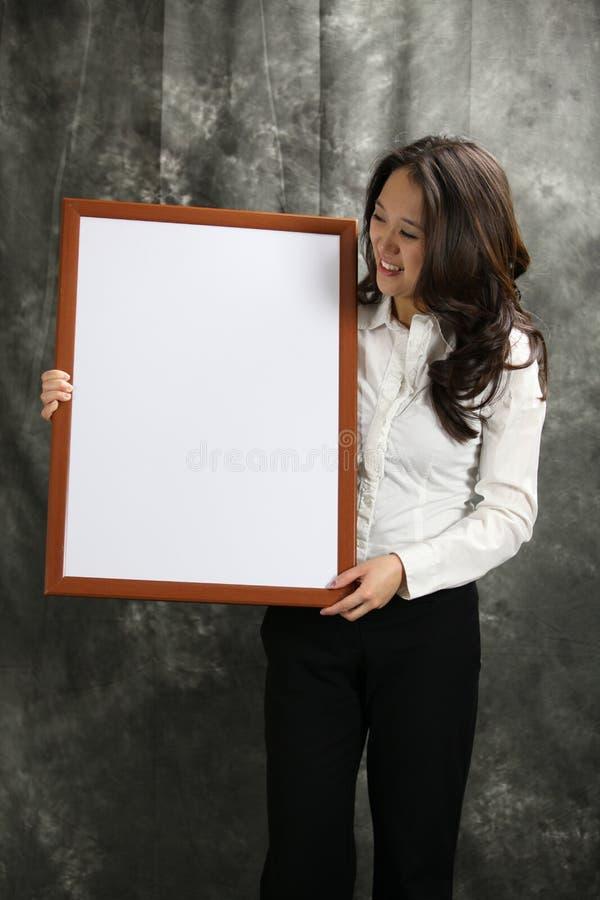A beleza asiática está feliz com seu produto imagem de stock