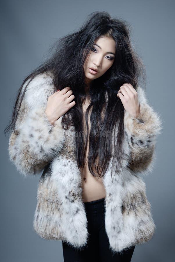 Beleza asiática no casaco de pele imagem de stock