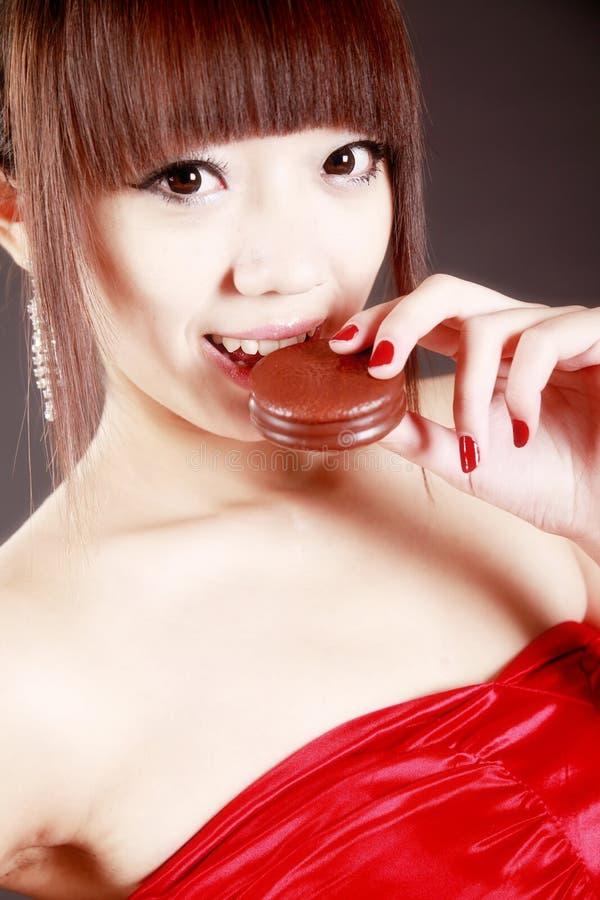 Beleza chinesa que come a torta fotografia de stock royalty free