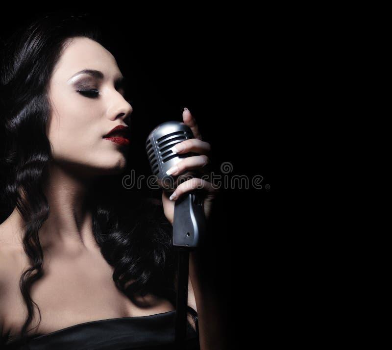 Beleza com um microfone foto de stock
