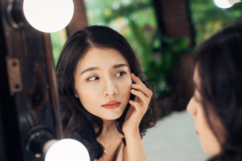 Beleza, conceito do estilo de vida dos cuidados com a pele Mulher asiática nova com acne fotos de stock royalty free